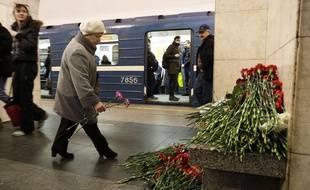 Dans le métro aussi, les passagers déposent des fleurs pour rendre hommage aux victimes de l'attentat dans le métro de Saint-Pétersbourg qui a fait 14 morts lundi 3 avril 2017.