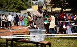 Une Ougandaise dépose son bulletin dans l'urne le 18 février 2016 à Mukono