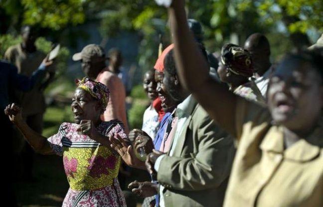 """Très vite mercredi matin, le petit village de l'ouest du Kenya, niché dans les collines à une soixantaine de km du lac Victoria, a convergé chez """"Mama Sarah""""."""