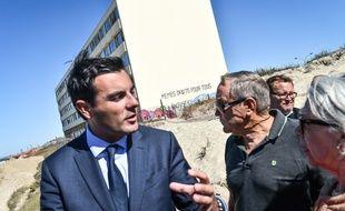 Le député LREM Benoit Simian, devant l'immeuble de Soulac Le Signal