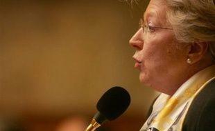 """""""Il ne faut pas être naïf, cela veut dire qu'il n'y a pas de volonté politique, pour des sanctions, il faut une loi"""", affirme à l'AFP Marie-Jo Zimmermann, députée UMP, dont la proposition de loi sur la place des femmes dans les instances dirigeantes des entreprises a été jugée jeudi par M. Hortefeux """"trop en avance""""."""