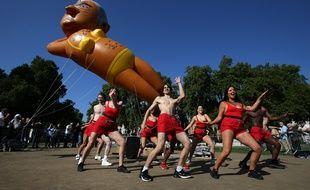 Des opposants au maire travailliste de Londres, Sadiq Khan, ont fait voler le 1er septembre près du Parlement britannique un ballon géant le représentant en bikini.