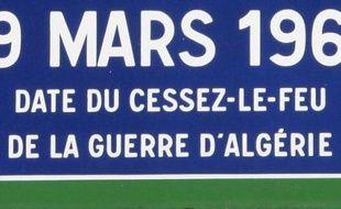 """Une stèle commémorant la fin des combats en Algérie le 19 mars 1962 a été profanée à Grigny (Essonne) dans la nuit de vendredi à samedi, la plaque étant brisée et les mots """"Allah Akbar"""" écrits sur la stèle, a-t-on appris dimanche de sources concordantes."""