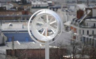 Une éolienne urbaine rue Piat à Paris. La ville de Paris et la mairie du 20ème expérimentent des éoliennes urbaines sur le belvédère de la Maison de l'air.