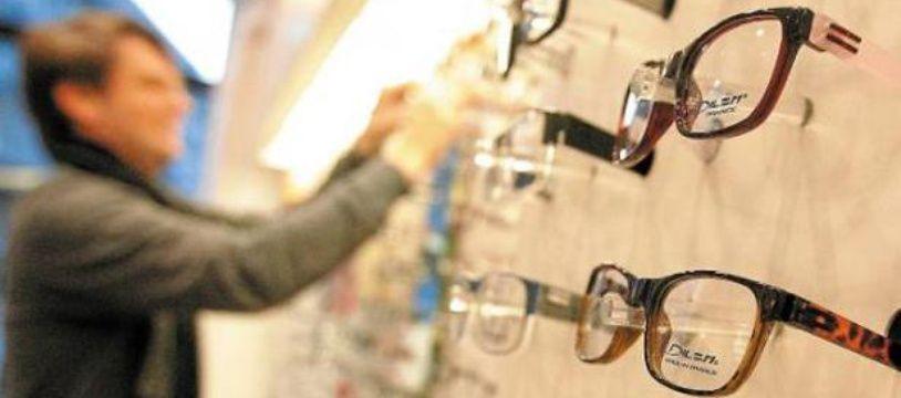 Illustration: des lunettes chez un opticien.