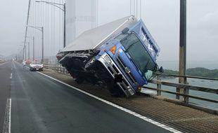 Un camion renversé par le vent sur le pont de Seto-Ohashi, qui relie les îles japonaises de Honshu et Shikoku, le 4 septembre 2018.