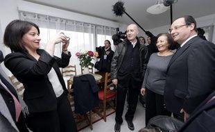 Cécile Duflot prend en photo François Hollande qui visite un immeuble de logements sociaux à Alfortville (Val-de-Marne), le 21 mars 2012.