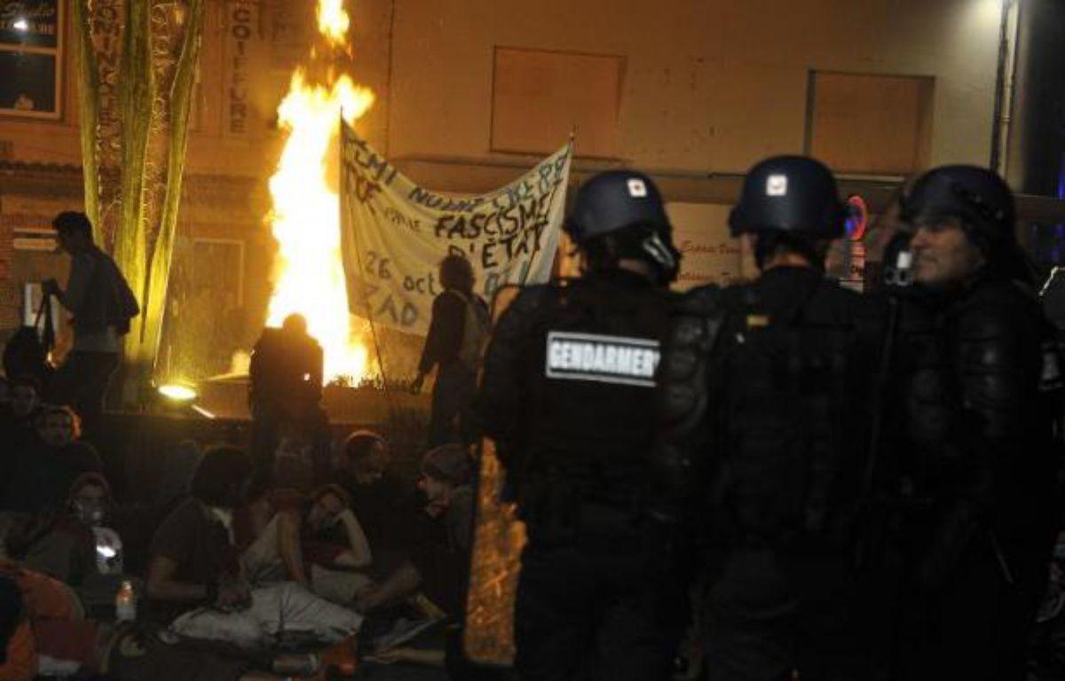 Des gendarmes face à des opposants au barrage de Sivens le 26 octobre 2014 à Gaillac – Pascal Pavani AFP