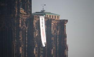 La banderole s'est invitée mardi après-midi sur la cathédrale.