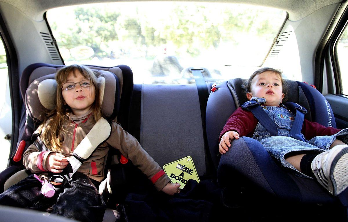 : Enfants attaches dans un siège auto pour la sécurité en voiture. – ANGOT/SIPA