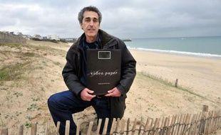 """Exilé volontaire au """"bout du monde"""" à quelques encablures de la Pointe du Raz dans le Finistère sud, Claude Maidemberg, inventeur autodidacte, expérimente et commercialise ses trouvailles comme la D-Carte, un mini DVD utilisé comme une carte postale numérique."""