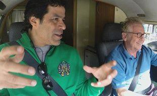 L'ex-star du PSG, Raï a créé en 1998 la fondation Gol de Letra. Ici avec Daniel Cohn-Bendit dans Sur la route avec Socrate