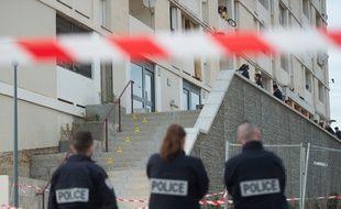 Les enquêteurs sur la scène d'un homicide dans la cité des Lauriers à Marseille.