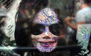 Un poster de Michael Jackson signé par ses fans est déposé près de son étoile sur Hollywood Boulevard, le 29 juin 2009.