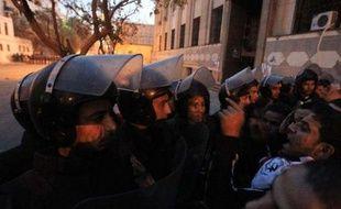 Des affrontements ont éclaté vendredi au Caire entre manifestants réclamant la fin du pouvoir militaire et policiers, une nouvelle flambée de violences dans la foulée des affrontements meurtriers après un match de football, selon un correspondant de l'AFP sur place.