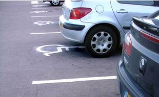 Illustration de places pour handicapé sur un parking.