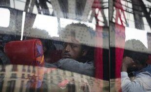 Des migrants africains à bord d'un bus après leur évacuation d'un campement le 2 juin 2015 à La Chapelle à Paris