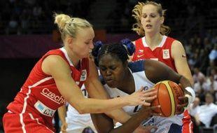 La France a passé avec succès son premier véritable test depuis le début de l'Euro-2013 dames de basket, en écartant la République tchèque (64-49) grâce à la domination absolue de son secteur intérieur, vendredi à Mouilleron-le-Captif (Vendée).