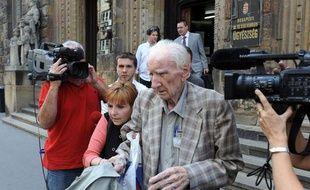 Laszlo Csatari quitte le Tribunal de Budapest (Hongrie), le 18 juillet 2012.