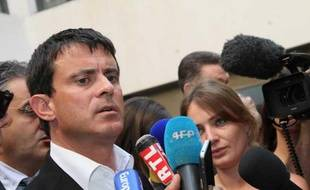 Le ministre de l'Intérieur Manuel Valls, le 16 août 2012, au centre hospitalier d'Aix-en-Provence.
