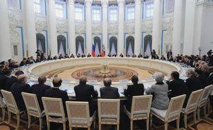 """Les pays riches et émergents du G20 se sont réunis vendredi à Moscou pour tenter de mettre fin à la """"stagnation"""" de l'économie mondiale, plombée par la zone euro, dans l'espoir d'écarter la menace d'une """"guerre des monnaies"""" ravivée par le Japon."""