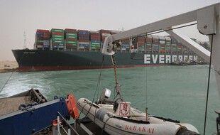 Le navire Ever Given bloqué en travers du canal de Suez en Egypte, le 26 mars 2021.