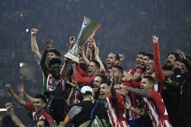 La remise de la Coupe aux joueurs de l'Atleti.