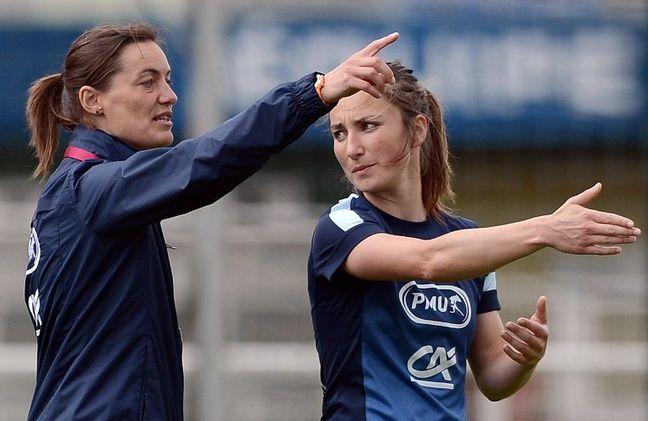 Corinne DIacre avec la joueuse Gaetane Thiney, à Clairefontaine, le 25 juin 2013.