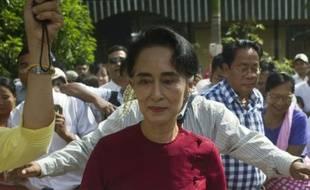 Aung San Suu Kyi visite un bureau de vote le 8 novembre 2015 à Rangoun