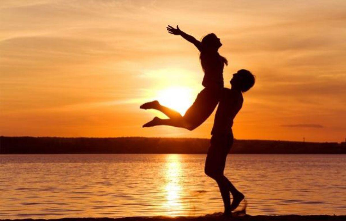un couple sur la plage durant un couché de soleil – SUPERSTOCKSUPERSTOCK/SIPA