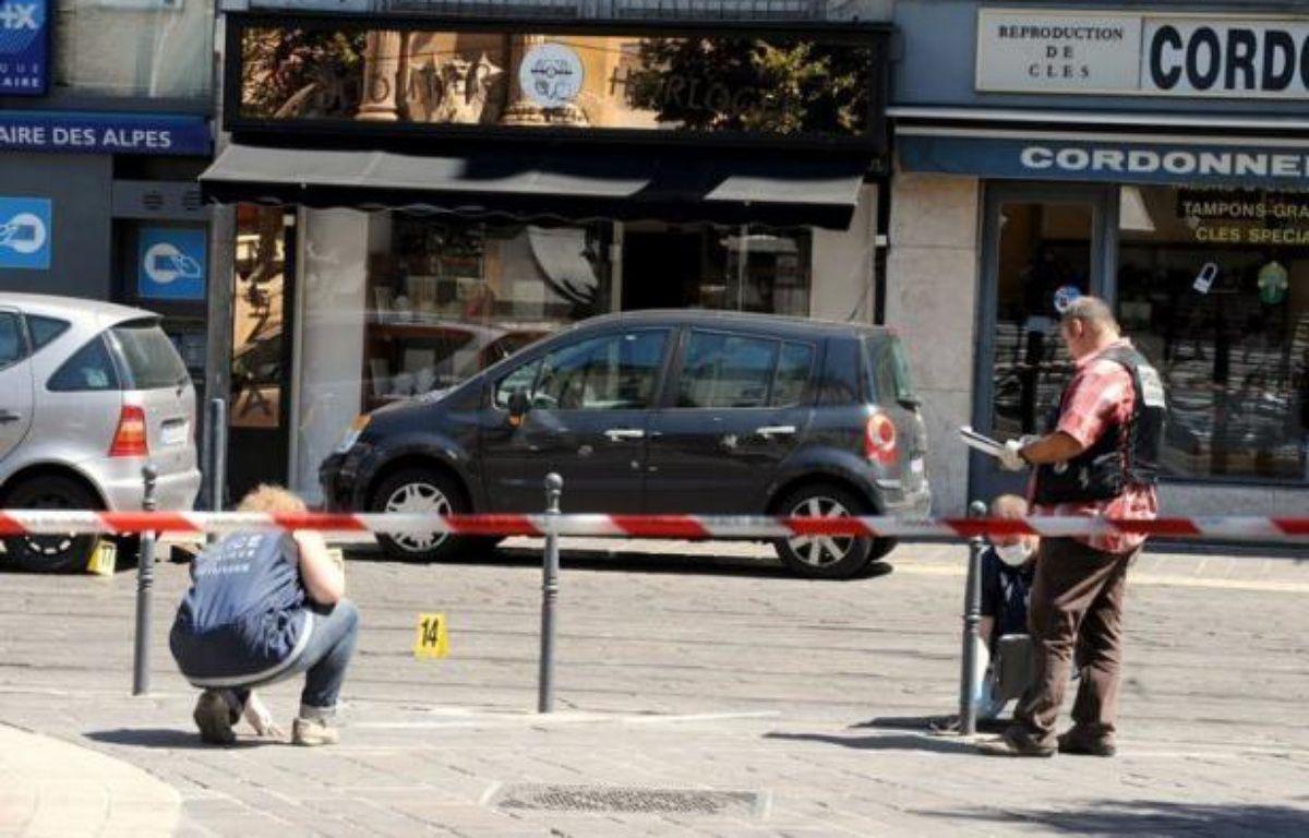 Le 4X4 à bord duquel quatre malfaiteurs armés avaient pris la fuite vendredi après le braquage d'une bijouterie dans le centre de Grenoble, a été retrouvé incendié samedi soir, a-t-on appris lundi auprès du parquet, confirmant une information du Dauphiné Libéré. – Jean-Pierre Clatot afp.com