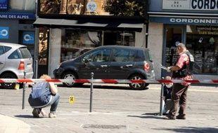 Le 4X4 à bord duquel quatre malfaiteurs armés avaient pris la fuite vendredi après le braquage d'une bijouterie dans le centre de Grenoble, a été retrouvé incendié samedi soir, a-t-on appris lundi auprès du parquet, confirmant une information du Dauphiné Libéré.