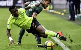Ici au duel avec Youssouf Koné, Mathieu Debuchy a été expulsé en fin de partie ce dimanche, tout comme Wahbi Khazri. JEFF PACHOUD