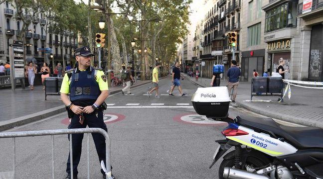 Un policier espagnol sur les Ramblas, vendredi 18 août, au lendemain d'un attentat qui a ensanglanté l'avenue la plus touristique de Barcelone. L'avenue a rouvert vendredi matin, mais reste fermée aux véhicules et très surveillée. – AFP