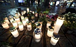 Des bougies ont été déposées à l'endroit où les passantes ont été poignardées le 18 août 2017 à Turku.