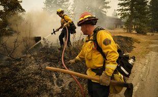 Des pompiers californiens luttent contre le Creek Fire, le 11 septembre 2020.