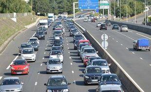 Des bouchons sur l'Autoroute A10 au niveau de l'agglomération de Tours lors du chassé croisé traditionnel des départs en vacances, le 4 août 2013