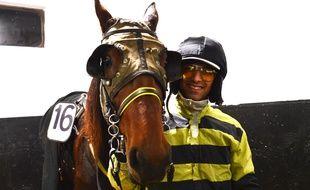 Le driver et son cheval dans un boxe de l'hippodrome de Vincennes, le 31 octobre.