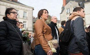Personnes venues rendre hommage aux victimes samedi après-midi place du Bouffay à Nantes. Les rassemblements ne sont pas interdits mais déconseillés par le préfet.