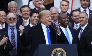 Donald Trump jubile dans le jardin de la Maison Blanche après le vote de la réforme des impôts, le 20 décembre 2017.