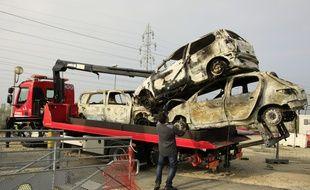 De nombreuses voitures ont fini calcinés après les violences à Moirans, en octobre 2015.