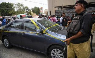 Un policier devant la Bourse de Karachi, au Pakistan, le 29 juin 2020.