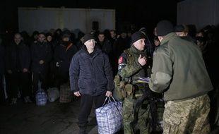 Les autorités ukrainiennes et les séparatistes prorusses qui contrôlent une partie de l'est du pays ont échangé mercredi plus de 300 prisonniers