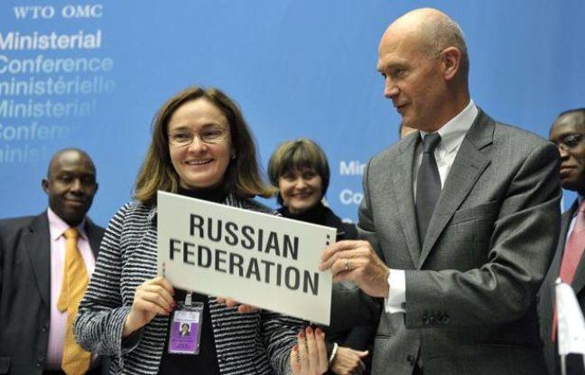 La ministre russe du Développement économique Elvira Nabiullina et le directeur général de l'OMC Pascal Lam après la signature de l'accord d'adhésion de la Russie à Genève le 16 décembre 2011.