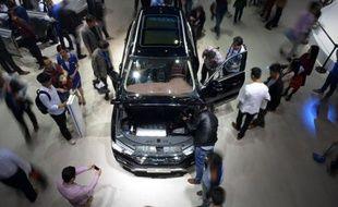 Des visiteurs observent une Haval H7, du constructeur chinois Great Wall Motors, le 23 avril 2015 au salon de l'automobile de Shangai