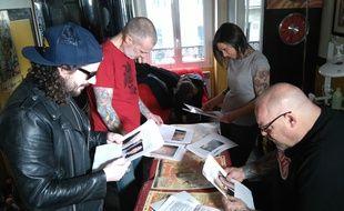 Gunther Love, Steph & Claire d'Octopus Tatouage et Tin-Tin délibèrent pour l'opération Cachez ce tatouage