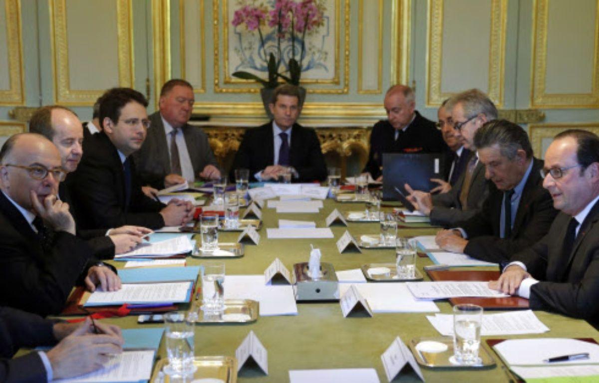 Le Conseil de défense réuni autour de François Hollande à l'Elysée ce vendredi matin. – Philippe Wojazer