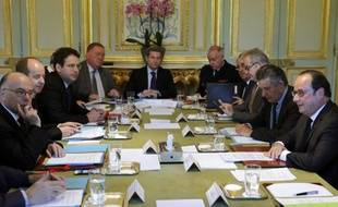 Le Conseil de défense réuni autour de François Hollande à l'Elysée ce vendredi matin.