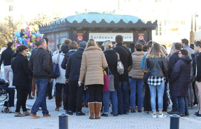 En raison de la fouille systématique des sacs, on fait la queue pour pénétrer sur le marché de Noël de Bordeaux