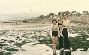 Hermanville, le 7 août 36 : Marcelle Bourquin, son fils, sa fille sur la plage,